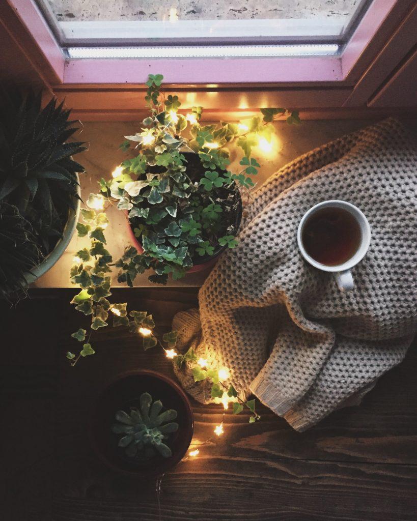 tazza di tè sul davanzale