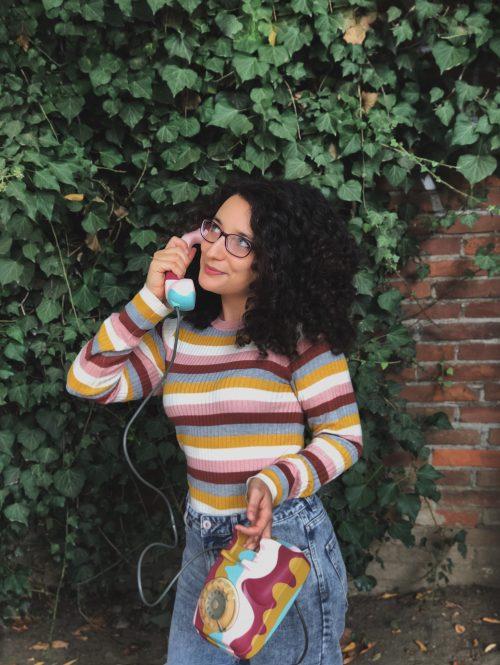 ritratto con telefono vintage colorato